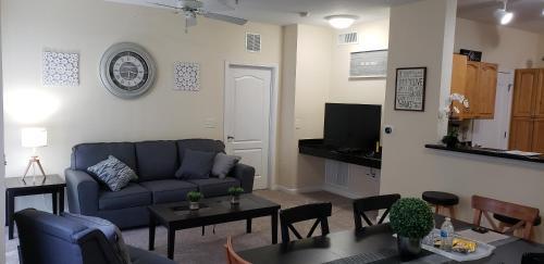 A seating area at Cane Island Luxury Condo
