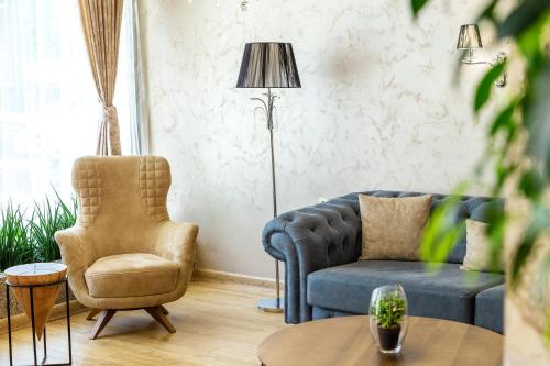 A seating area at City Avenue Hotel by HMG