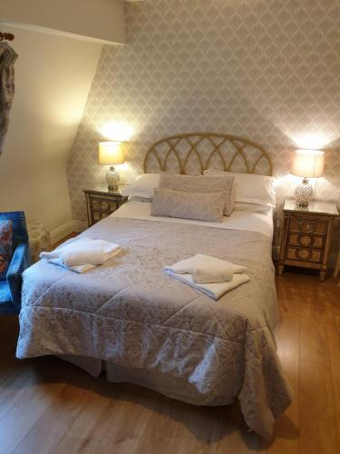 A bed or beds in a room at Beechwood House Bed & Breakfast