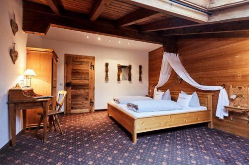 Ein Bett oder Betten in einem Zimmer der Unterkunft Hotel Gasthof Eder