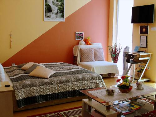 A bed or beds in a room at Inci apartman