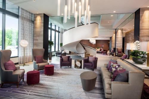 The lounge or bar area at Hilton Rochester Mayo Clinic Area