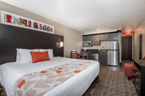 A bed or beds in a room at Hawthorn Suites Las Vegas