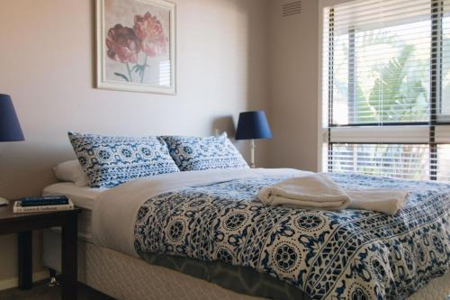 A bed or beds in a room at Torquay Retreats - Anderson