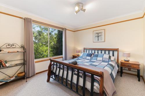 A bed or beds in a room at Leura Blue Mountains Retreat