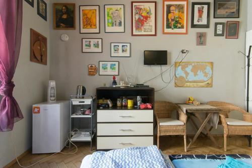 Телевизор и/или развлекательный центр в Mini home hostel Jb