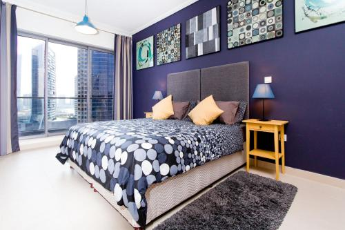 A bed or beds in a room at Quintessential Quarters - Ultra-modern and Spacious Aparment