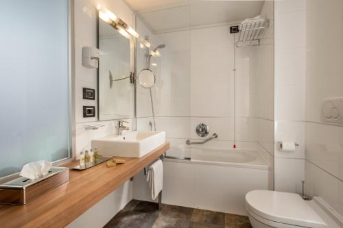 A bathroom at DoubleTree By Hilton Milan