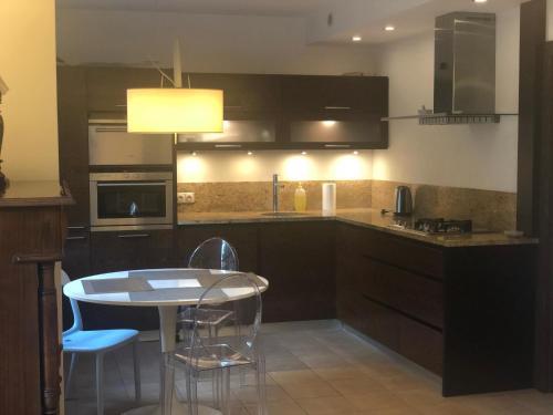 A kitchen or kitchenette at Apartament Odkryta 36a
