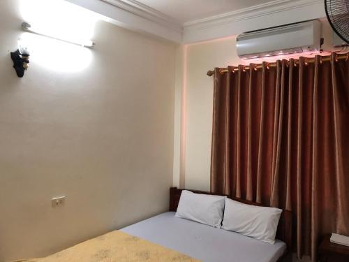 Giường trong phòng chung tại V A Motel
