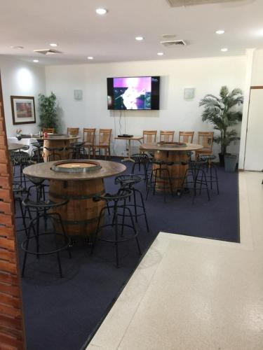 A restaurant or other place to eat at Chinchilla Great Western Motor Inn