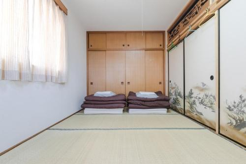 A bed or beds in a room at Travellersdou Kirinya