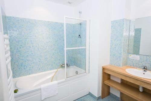 Salle de bains dans l'établissement Hôtel Le Chalet
