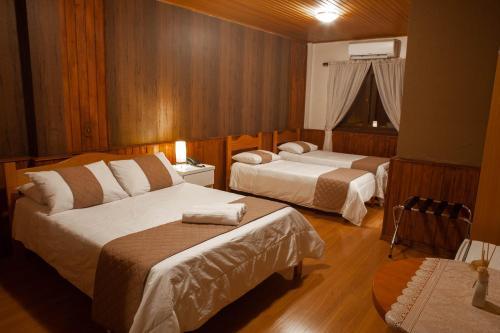Cama ou camas em um quarto em Pousada Encantos de Gramado