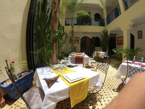 A restaurant or other place to eat at Les Rêves De Marrakech