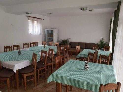 A restaurant or other place to eat at Pensiunea Levendula