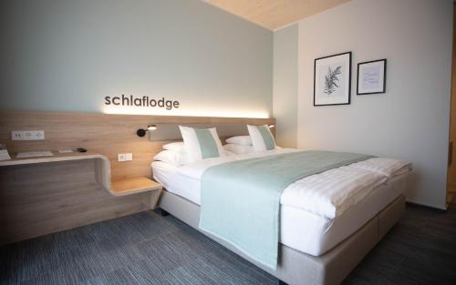 A bed or beds in a room at Donau Lodge