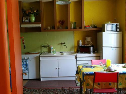 A kitchen or kitchenette at Ellias