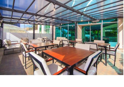 A restaurant or other place to eat at Aparta Hotel Torres de Suites
