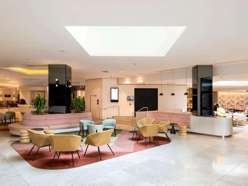 The lobby or reception area at Novotel Sydney International Airport