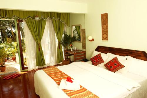 A bed or beds in a room at Soma Palmshore