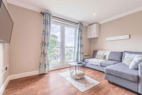 Modern apartment within short walk of The Castle, High Street and Long Walk - FREE PARKING