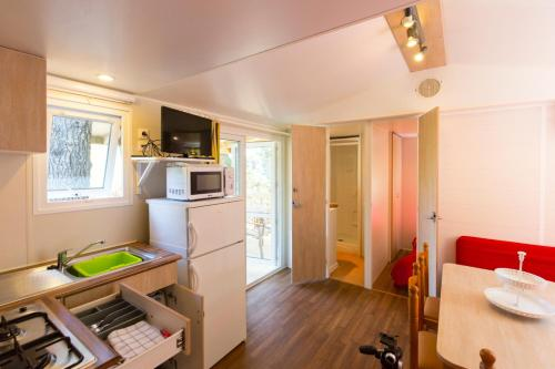 A kitchen or kitchenette at Camping Bungalows El Far
