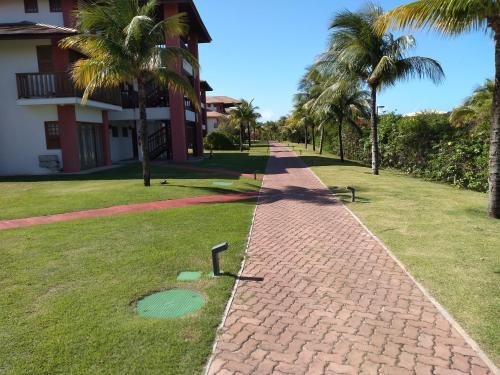 A garden outside PRAIA DO FORTE - CONDOMINIO VILLAGE DAS ACACIAS - PISCINAS NATURAIS