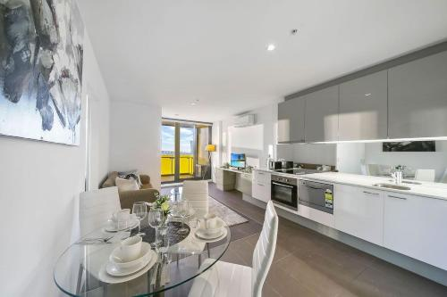 A kitchen or kitchenette at A Cozy Apt Next to Southern Cross with a View