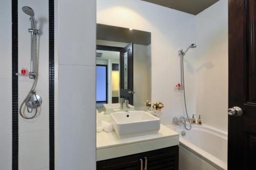 A bathroom at Kamala Villa Hill