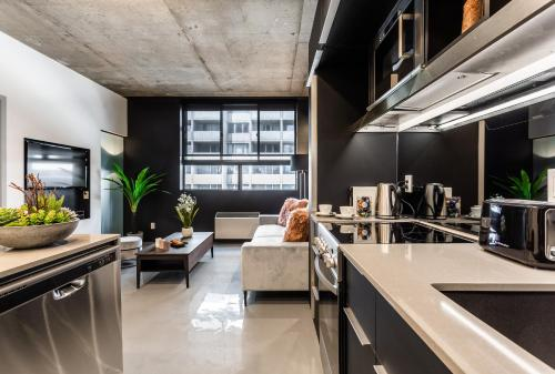 A kitchen or kitchenette at Pierce Boutique Apartments by Simplissimmo