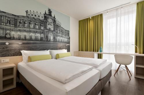 Een bed of bedden in een kamer bij Super 8 by Wyndham Dresden