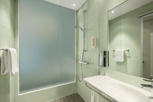 Een badkamer bij Super 8 by Wyndham Dresden