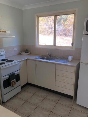 A kitchen or kitchenette at Lemonthyme Cottage