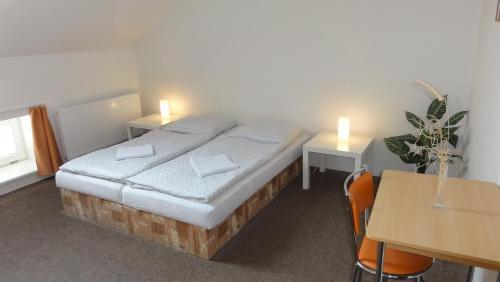Postel nebo postele na pokoji v ubytování Penzion U Hradeb