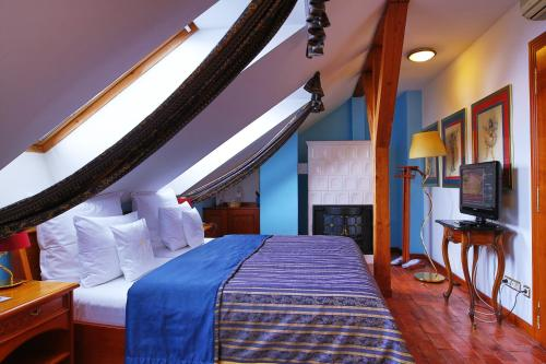 A bed or beds in a room at Royal Ricc