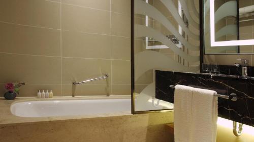 A bathroom at LOTTE City Hotel Jeju