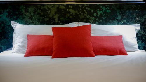 Кровать или кровати в номере Hôtel Napoléon