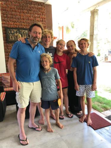 Een gezin dat verblijft bij Hotel Heladiv