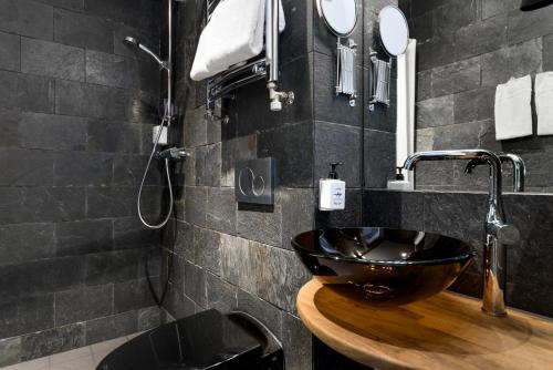 A bathroom at Hellstens Glashus