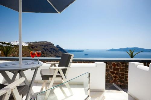 Un balcón o terraza de Santorini Princess Spa Hotel