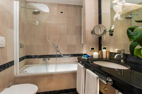 A bathroom at Cardinal Hotel St. Peter