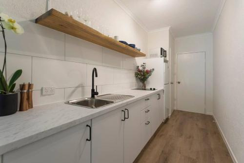 A kitchen or kitchenette at Ocean Palms Apartments