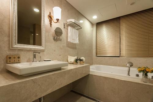 A bathroom at Hotel Pharos