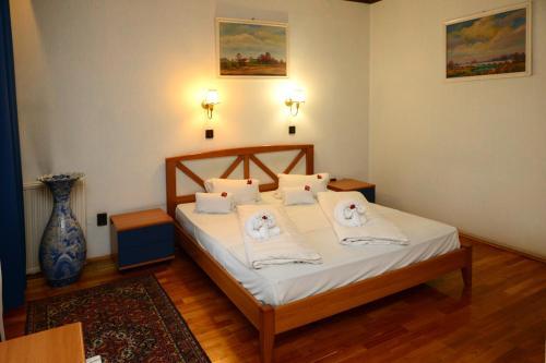 Een bed of bedden in een kamer bij Grand Hotel Aranybika