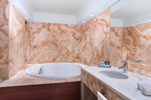 A bathroom at Four Points by Sheraton Padova