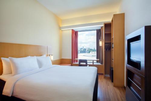 سرير أو أسرّة في غرفة في Ibis Singapore on Bencoolen (SG Clean)