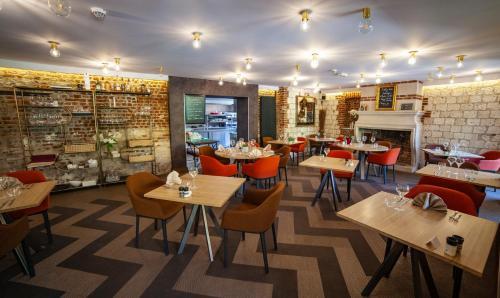A restaurant or other place to eat at Logis Les Hauts de Montreuil / Le Patio