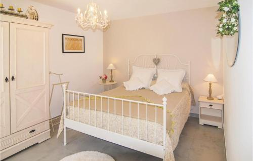 A bed or beds in a room at Holiday Home Eyragues Chemin De L'Arenier