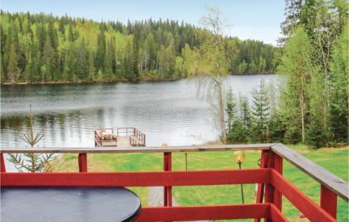 Utsikt över en sjö i närheten av semesterhuset